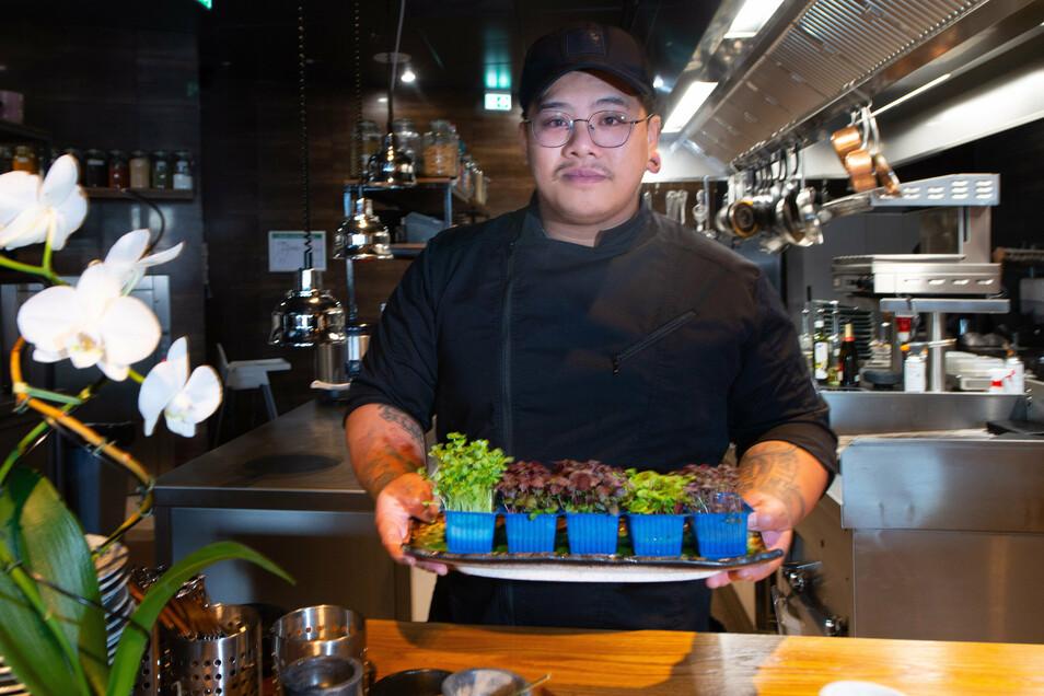 Küchenchef Ngoc Ta Quang ist 29 Jahre alt und wie die beiden Chefs Kinder ehemaliger Gastarbeiter aus Vietnam. Gemeinsam mit Vu Anh Doan hat er seine Ausbildung im Hotel Bellevue gemacht.