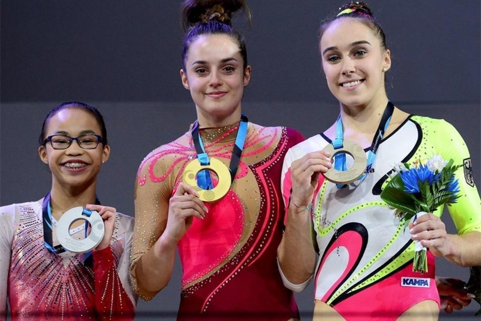 Die Amerikanerin Morgan Hurd (l.), die Silber gewann, und Tabea Alt aus Stuttgart mit Bronze rahmen Pauline Schäfer bei der Siegerehrung ein.