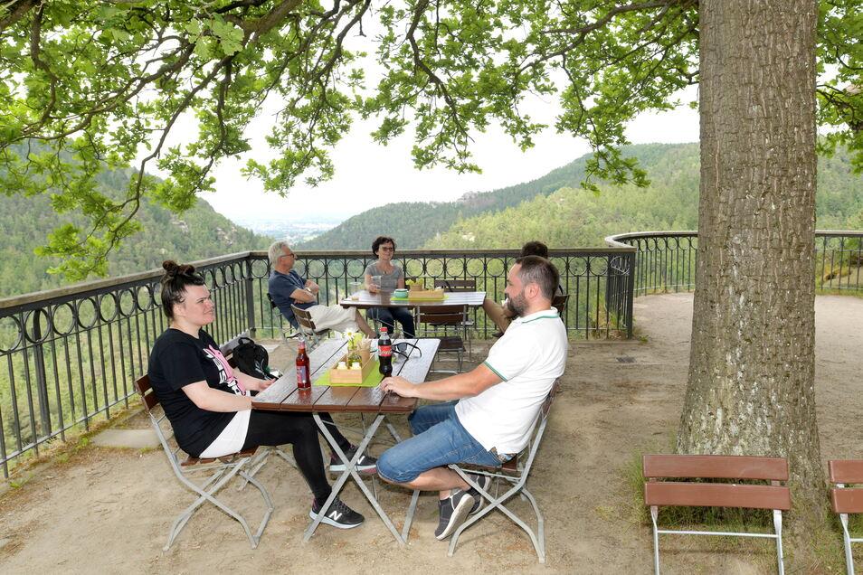Danielo Müller bewirtet die Gäste auf dem Berg Oybin im Biergarten des Berggasthofs.