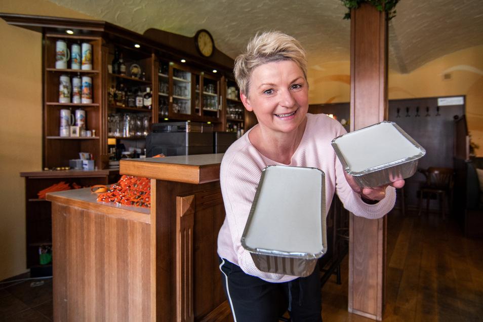 """Carmen Binder vom Lokal """"Black Horse"""" in Döbeln verpackte das Essen am Osterwochenende und konnte somit außer Haus verkaufen."""
