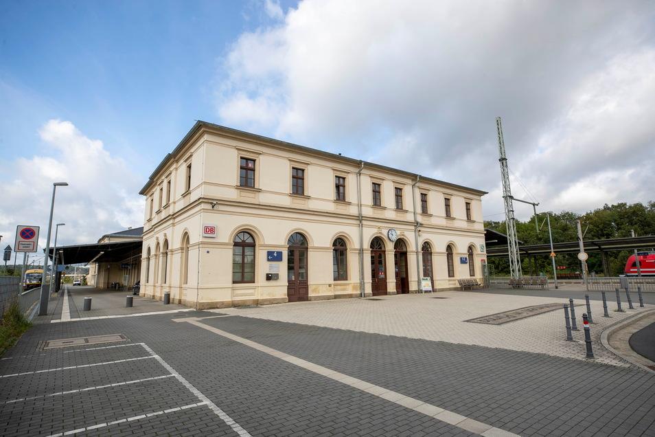 In den Bahnhof Pirna zieht ein neuer Mieter ein. Bisher gibt es dort eine Bahnhofsbuchhandlung und eine DB-Reiseagentur.