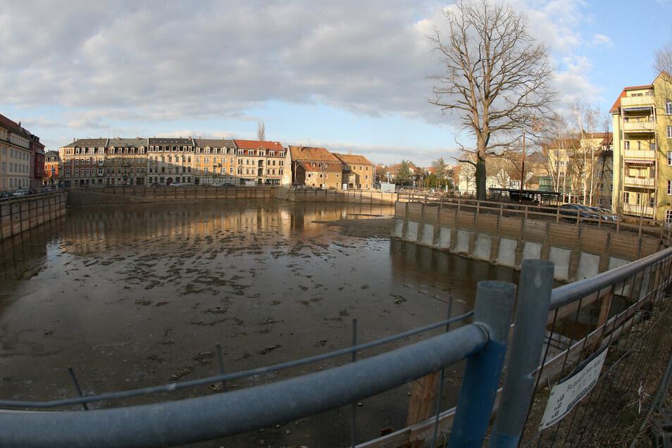 Scheunenhofcenter: Im Februar 2018 hat sich Eis auf dem Baugruben-See gebildet.