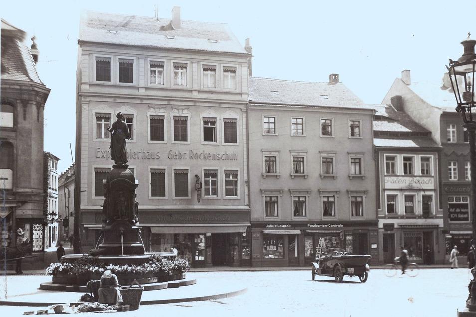 Der Zittavia-Brunnen auf dem Rathausplatz in einer um 1910 entstandenen Aufnahme. Man beachte die Marktfrau am Fuße des Brunnens.