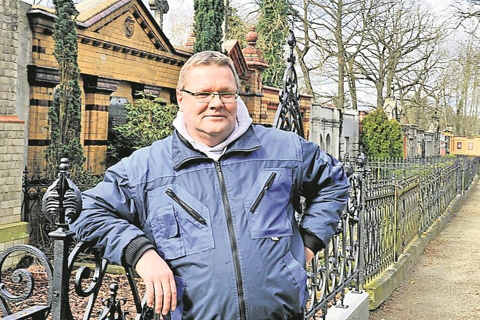 Enrico Zamzow, technischer Mitarbeiter der Stadtverwaltung Bad Muskau, ist seit 1. April 2020 für die drei städtischen Friedhöfe verantwortlich.