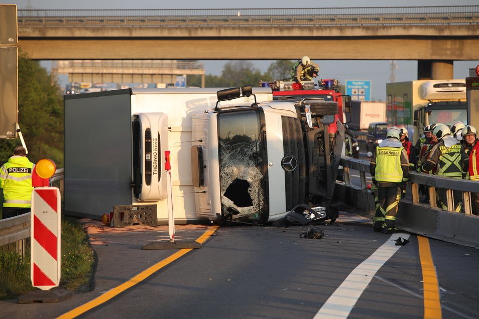 Der Fahrer wurde bei dem Unfall verletzt und in ein Krankenhaus gebracht.