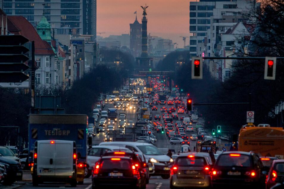Der morgendliche Berufsverkehr verstopft den Kaiserdamm in Berlin