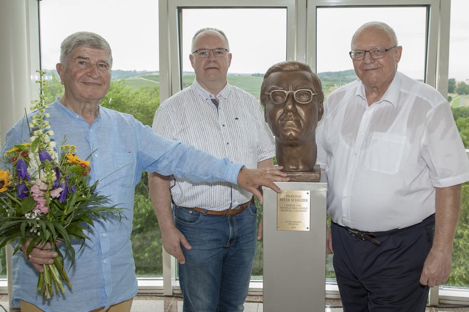 Künstler Hans Kazzer, Bürgermeister Frank Schöning und Klinikleiter Rudolph Presl (v.l.) weihen die Schreier-Büste in der Bavaria Klinik ein.