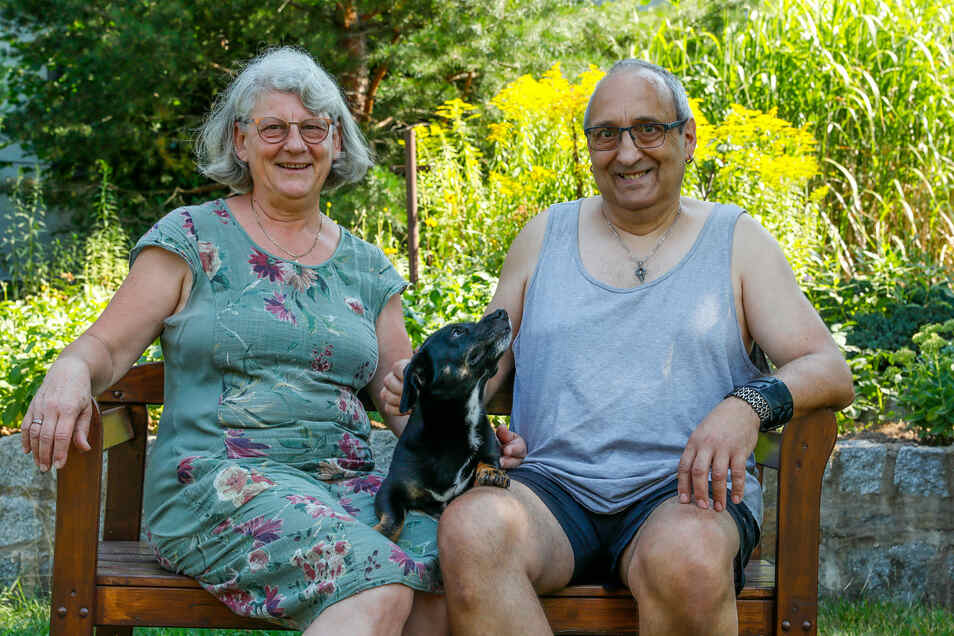 Der Traum vom Haus im Grünen ist in Erfüllung gegangen: Gabriele und Jörg Wittig sowie Dackelmischling Lilly fühlen sich in Löbau wohl pudelwohl.