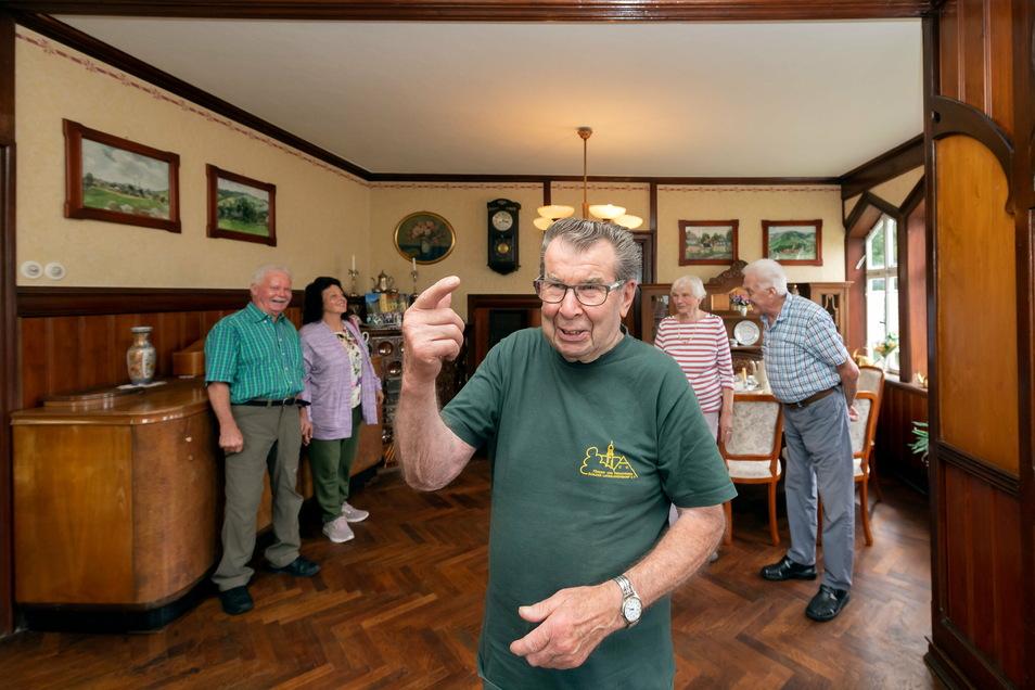 Dieter Mutscher vom Förder- und Heimatverein erklärte zum Tag der offenen Tür am 28. Juni 2020 den Besuchern, was es in der Hofmühle alles Spannendes zu sehen gibt.