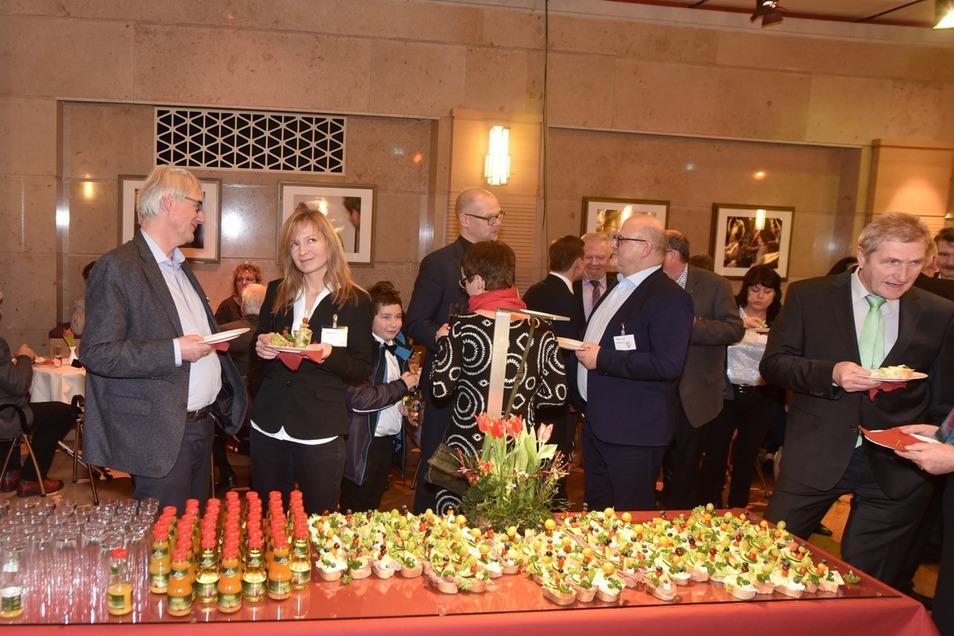 Bei kostenlosem Essen plauschten die Gäste, so auch Mittelherwigsdorfs Bürgermeister Markus Hallmann (3. von links) mit MS Powertec-Chef Frank Alt. Foto: Matthias Weber