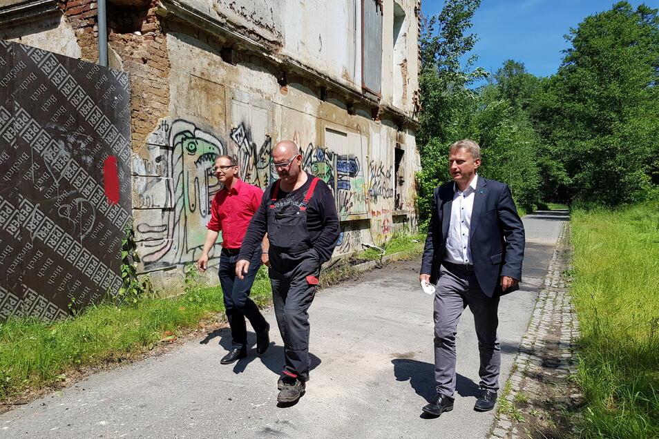 Gemeinsam mit Unternehmer Lutz Noack (Mitte) besichtigen die Bürgermeister von Schirgiswalde-Kirschau, Sven Gabriel (l. ), und Sohland, Hagen Israel, am Mittwoch das Firmengelände.