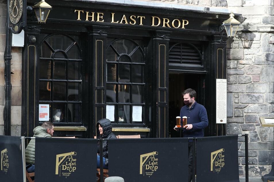 Großbritannien, Edinburgh: Ein Angestellter des Lokals Last Drop serviert Bier. Ab kommendem Wochenende dürfen die Betreiber nur noch von 6.00 Uhr morgens bis 18.00 Uhr abends öffnen und neben Essen nur nichtalkoholische Getränke anbieten.