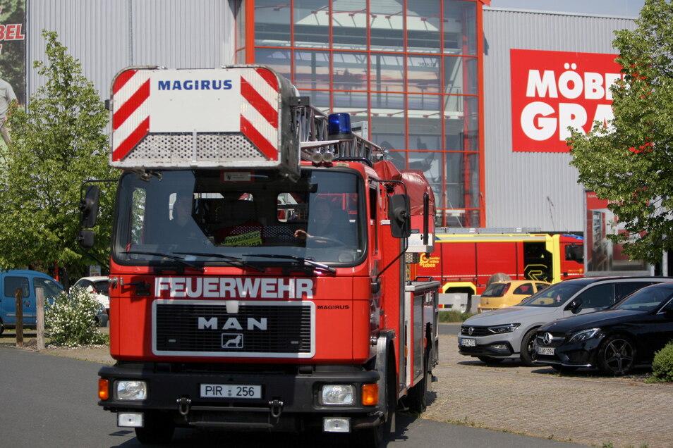 Eine defekte Sprinkleranlage setzte am Sonnabend Möbel Graf in Pirna unter Wasser. Dann löste die Brandmeldeanlage aus und die Feuerwehr rückte an.