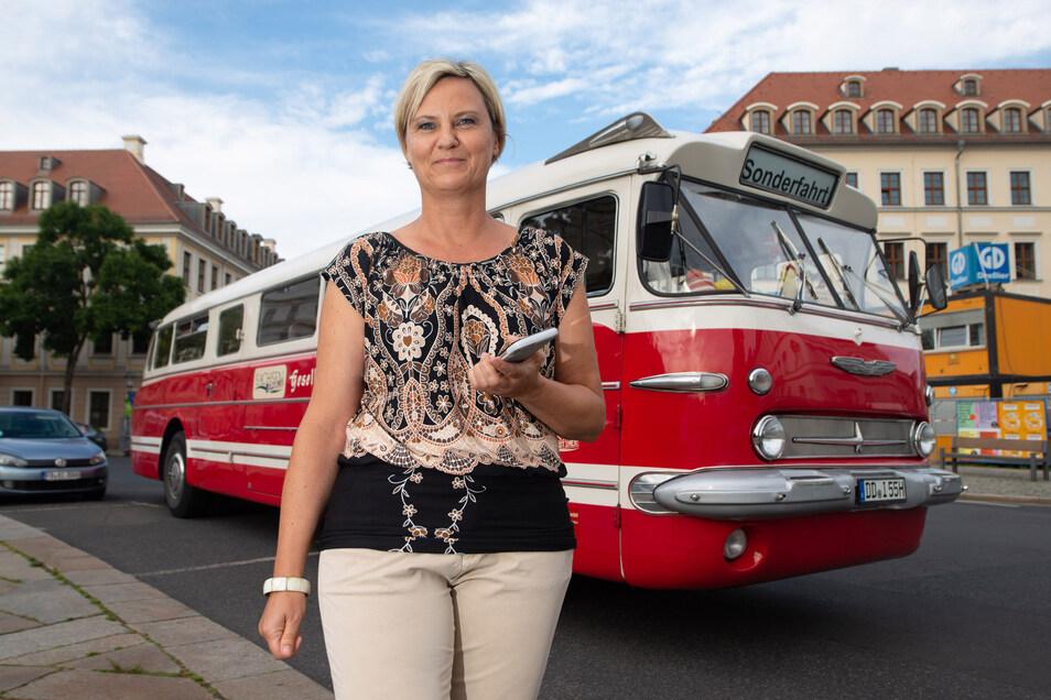 In dem schicken Ikarus-Bus können Paare heiraten. Susann Thomas stellt das rollende Standesamt für Arnsdorf zur Verfügung.