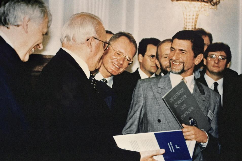 """Der ehemalige Bundespräsident Roman Herzog überreicht Günter Blümlein eine Ehrung im Rahmen der Initiative """"Mutige Unternehmer braucht das Land"""" in Berlin 1997."""