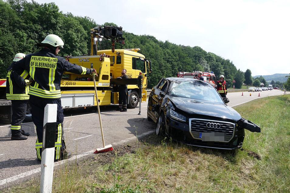 Feuerwehr und Abschleppauto an der Unfallstelle bei Ulberndorf.