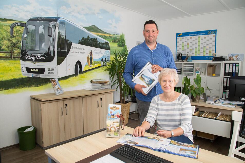 """Geschäftsführer Patrick Schultze und Mitarbeiterin Martina Stiller im neu gestalteten Büro von Schwarz Reisen in """"Tankeshausen"""" bei Hähnichen."""