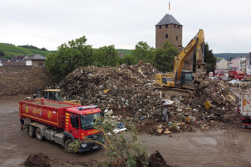 In Ahrweiler, Rheinland-Pfalz, türmen sich nach der Hochwasserkatastrophe die Schuttberge vor der historischen Stadtmauer - auch die des Fußballstadions.