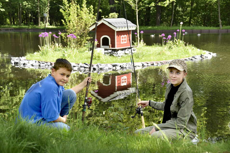 """Marek Gräfe (11), Annika Stölzelt (13) und die anderen jungen Angler vom Verein """"Rödertal"""" pflegen jetzt den Mühlteich in Ottendorf. Das wurde mit der Gemeinde vereinbart."""