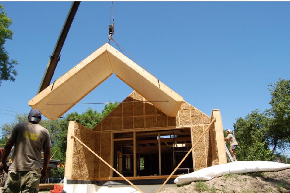 So könnte ein Haus mit Stroh-Holz-Modulen aussehen. Polen- und deutschlandweit gibt es bereits einige vorzeigbare Objekte.