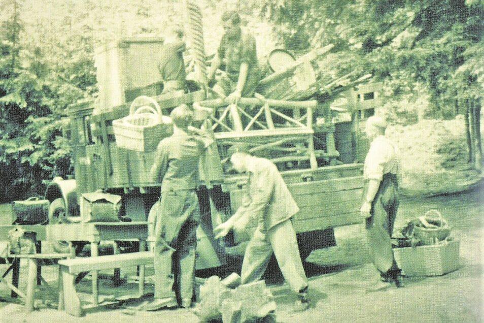 Ein Lkw der Oybiner Firma Zentsch mit Requisiten und Ausstattungsstücken wird in den 1950er Jahren an der Bühne entladen (re.).