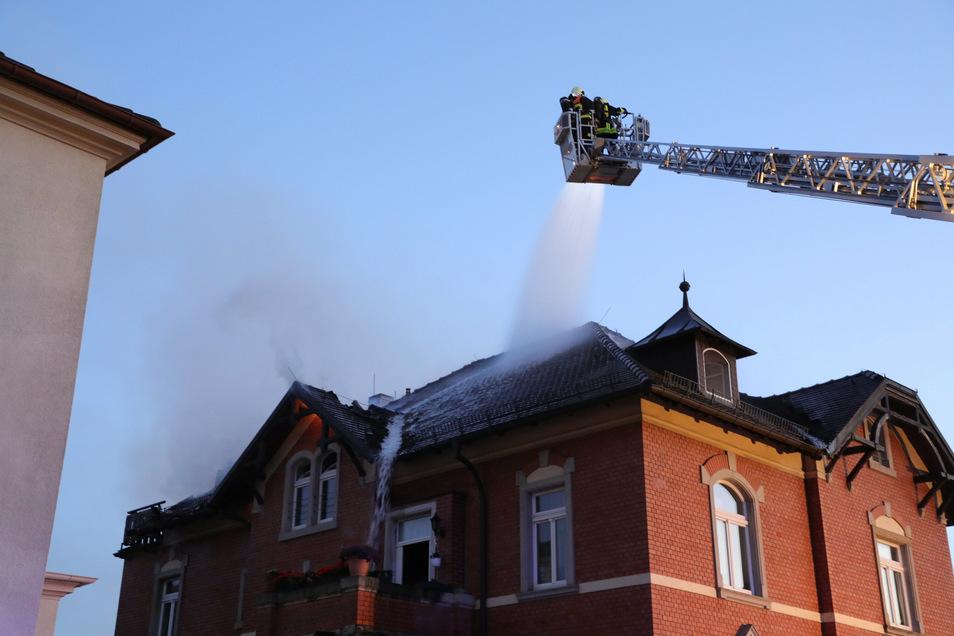 Das Feuer wurde von der Drehleiter aus und über das Treppenhaus bekämpft.