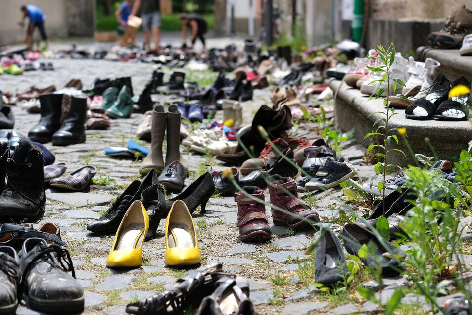 Schuhe aufgereiht als Symbol für auf der Flucht gestorbene Menschen, hier beim Friedensfest in Ostritz voriges Jahr.