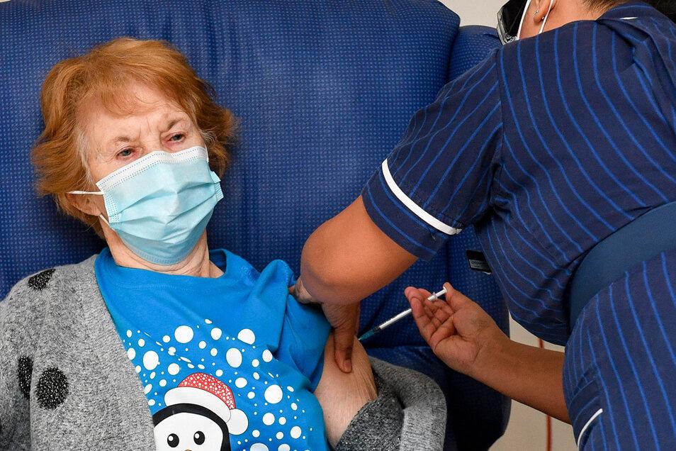 Am 08.12.2020 bekommt die damals 90-jährige Margaret Keenan (l) im Universitätskrankenhaus Coventry als weltweit erste den Pfizer/BioNtech-Impfstoff gegen das Coronavirus.