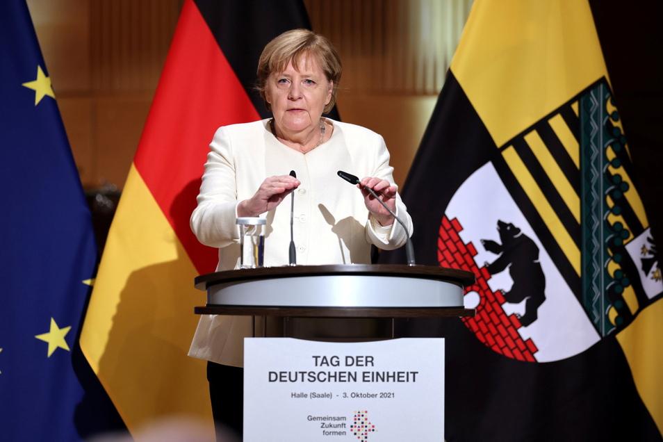 Bundeskanzlerin Angela Merkel (CDU) spricht beim Festakt zum Tag der Deutschen Einheit in Halle.