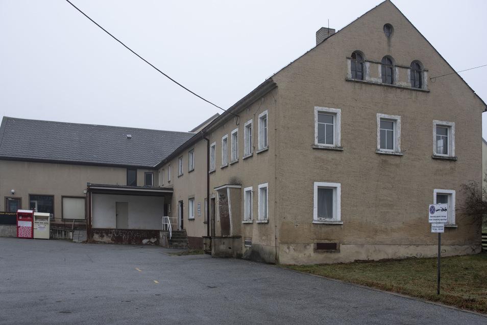 Der Gebäudekomplex an der Kleindittmanndorfer Straße in Lichtenberg ist kein Aushängeschild fürs Ortsbild. Hier gab es einmal einen Gasthof und einen Dorfladen. Jetzt hat die Gemeinde einen Käufer für die Immobilie gefunden.