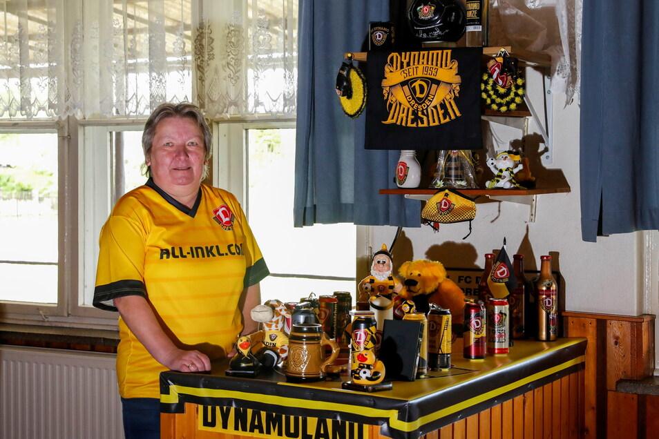 Wirtin Kerstin Lehmann an einer ihrer Dynamo-Fan-Ecken in der Gaststätte Sonnenhain in Zittau.