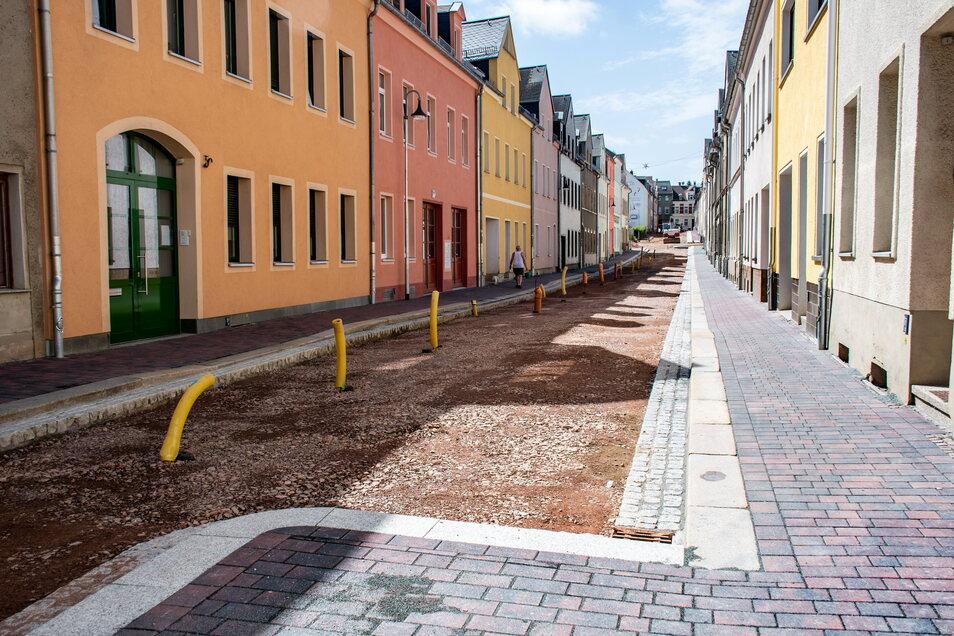 Der grundhafte Ausbau der Annenstraße in Hartha ist in den letzten Zügen. Es fehlt nur noch die Asphaltschicht, dann sollen Autos wieder rollen dürfen. Doch wo parken Anwohner und Besucher dann?