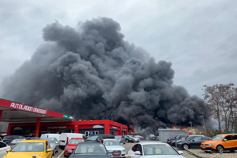 Der dichte Rauch war bis Dresden sichtbar.