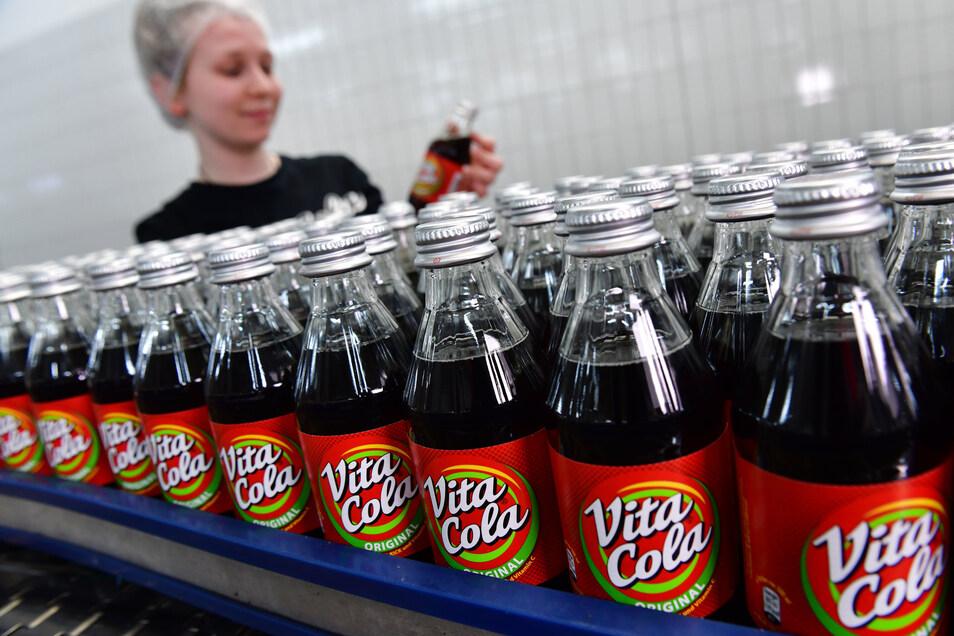 Michelle Müller überwacht in Lichtenau die Abfüllung von Vita Cola.