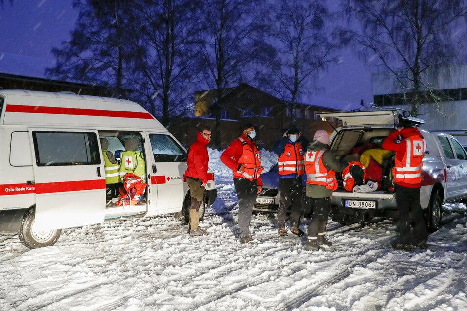 Rettungskräfte des Roten Kreuzes bereiten sich auf ihren Einsatz vor.