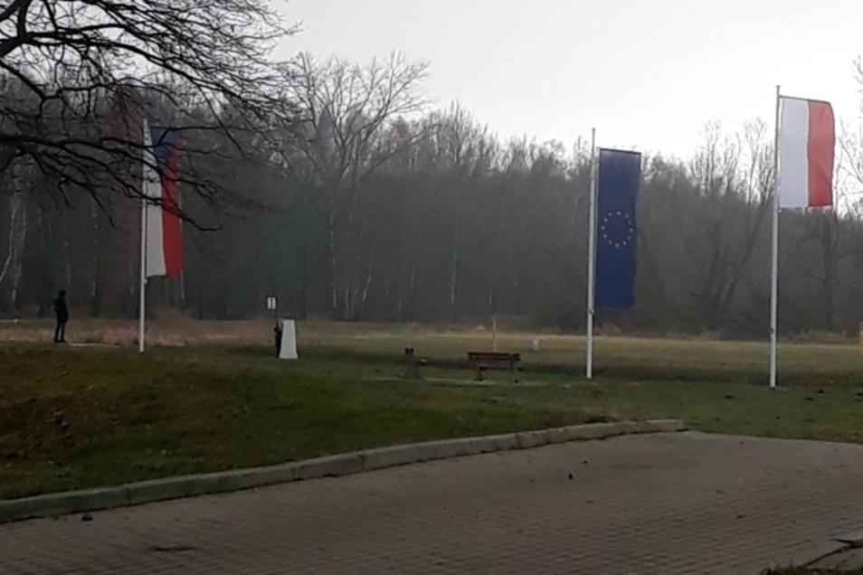 Drei Flaggen wehen auf der einen Seite der Neiße. Doch die polnische ist kürzer als die tschechische und die der EU.