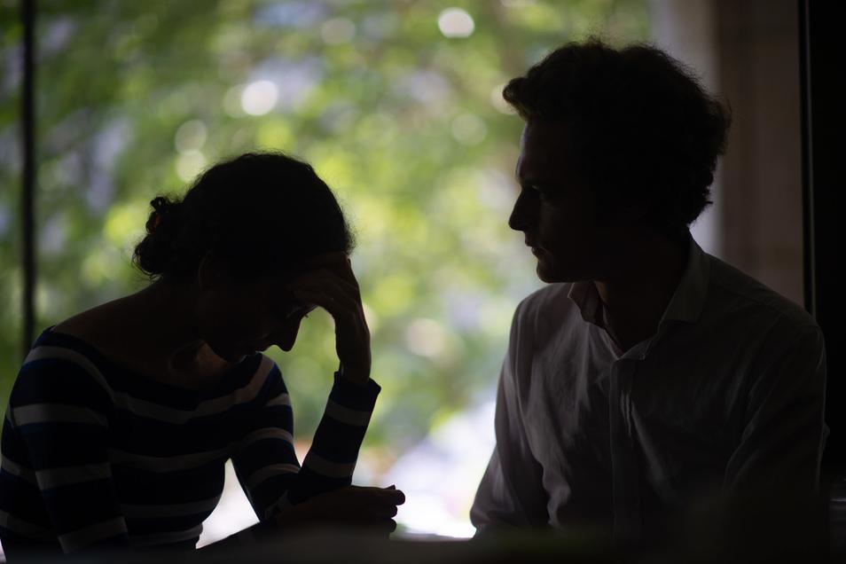 Weniger Menschen ließen sich laut der AOK wegen psychischer Krankheiten krankschreiben. Aber die Patienten, die es taten, waren länger erkrankt.