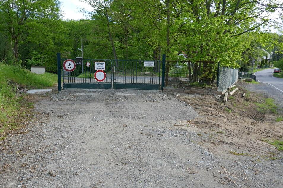 Hier dürfen Fußgänger nicht mehr durch. Der Eigentümer hat sein Grundstück an der Straße Altjessen zugemacht. Auf dem Areal führt ein nicht öffentlicher Wanderweg nach Liebethal.