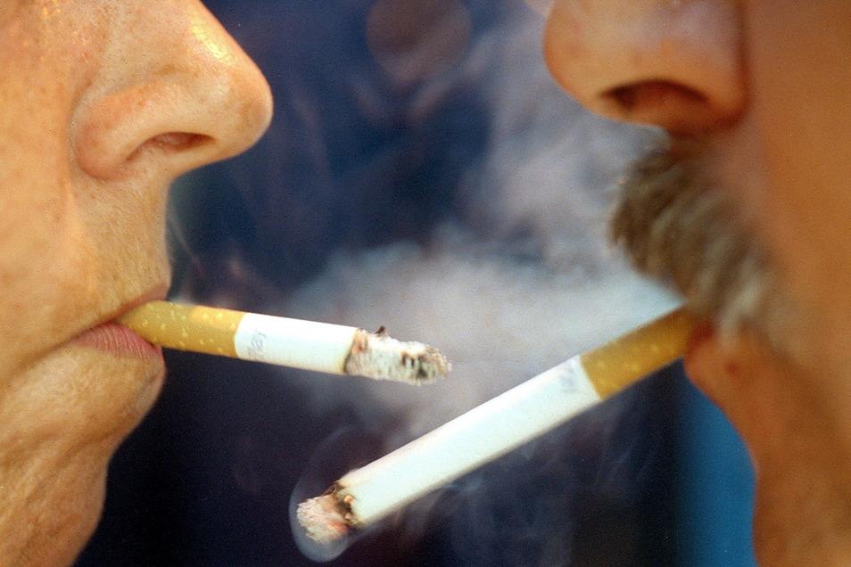 Ein Riesaer holt Nachschub an Zigaretten, setzt sich ins Auto, baut einen Unfall. Das ist noch das kleinste Problem.