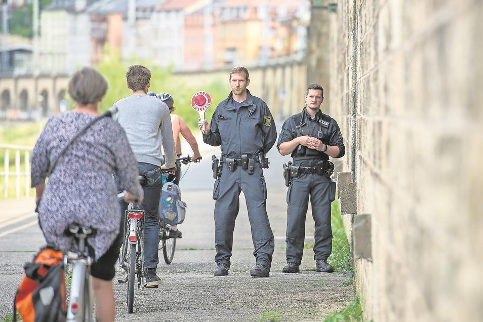 Halt, Polizei! Bei einer Kontrolle am Elberadweg in Königstein stoppten die Beamten etliche Radfahrer.