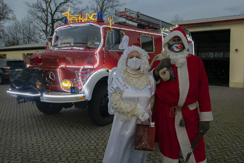 Weihnachtsmann und -engel machten sich am Sonntag vom Feuerwehrhaus in Böhla-Bahnhof auf zu einer ganz besonderen Dienstfahrt.