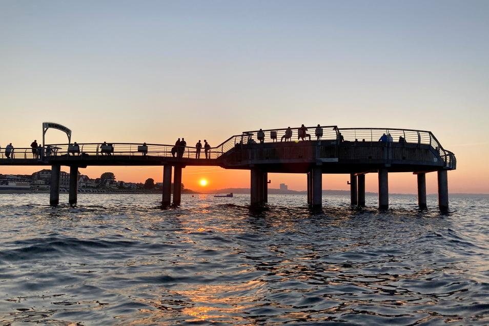 Touristen auf einer Seebrücke in der Lübecker Bucht: In Schleswig-Holstein gelten neue Corona-Regeln.