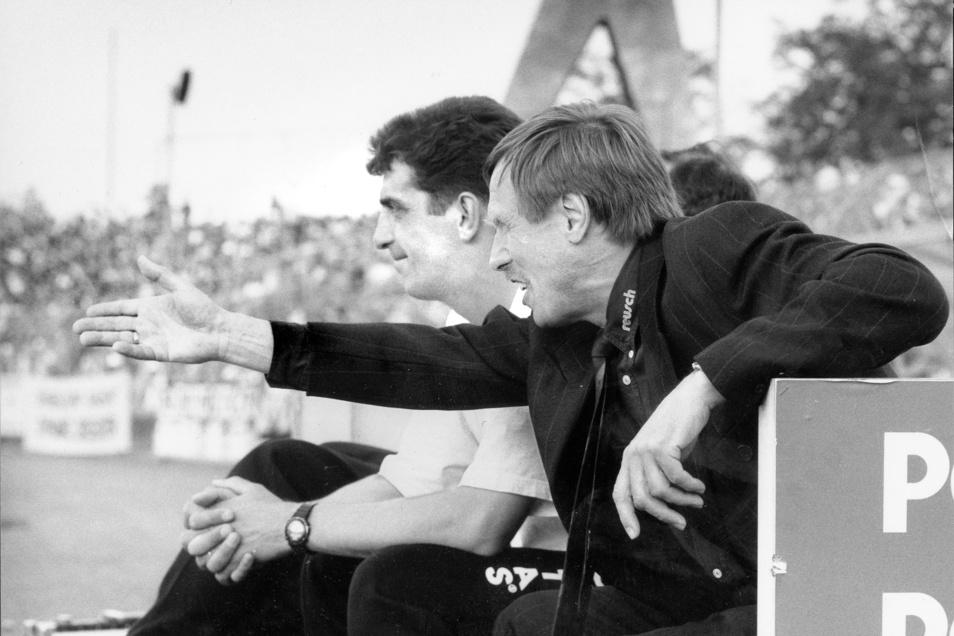 Der Chef gibt die Richtung vor, auch beim entscheidenden 1:0-Sieg gegen Werder Bremen am 30. April 1994, mit dem Dynamo den Klassenerhalt in der Bundesliga perfekt macht. Das Trainer-Duo Sigfried Held und Ralf Minge (l.) hat daran großen Anteil. Foto: Wolfgang Wittchen (Archiv)