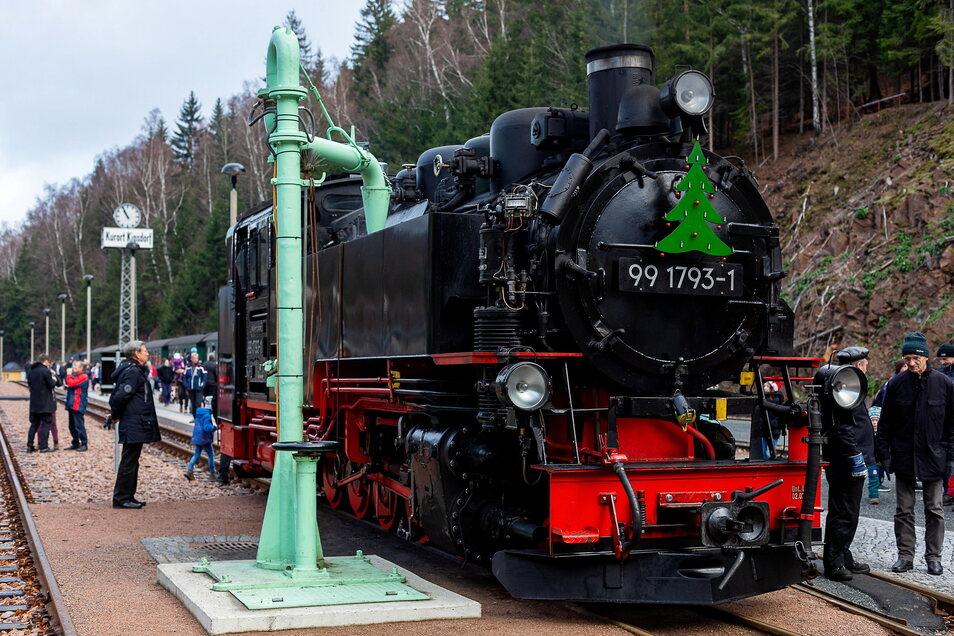 """Hier fasst die Lok in Kipsdorf Wasser beim ersten Festival """"Bimmelbahn und Lichterglanz"""". Das war 2019. Es wird auch dieses Jahr nicht in vollem Glanz stattfinden."""