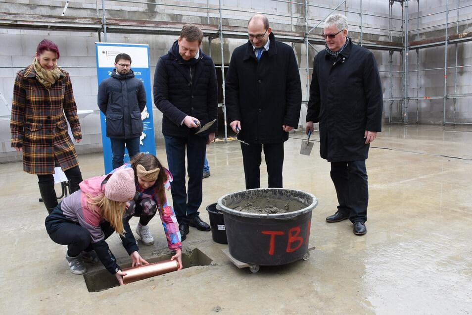 Anfang März waren Ministerpräsident Michael Kretschmer, Bürgermeister Dirk Naumburger und Landrat Bernd Lange dabei, als der Grundstein für die neue Sporthalle in Kreba Neudorf gelegt wurde. Der Bau soll trotz schwieriger Lage unbedingt weitergehen.