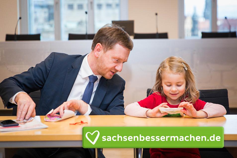 Sachsens Ministerpräsident Michael Kretschmer (CDU) hat am Mittwoch Kinder wie die kleine Johanna sowie Eltern empfangen, die sich für die Deutsche Gebärdensprache im Unterricht einsetzen.