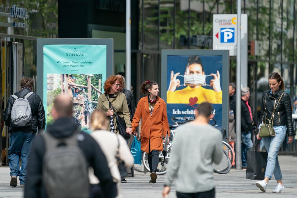 Die Zeit des Lockdowns ist in Sachsen längst überstanden. Corona aber noch nicht vorbei. Immer noch weisen wie hier in Dresden Plakate darauf hin. Wie die Menschen mit der Pandemie leben, findet Sächsische.de mit Umfragen heraus.