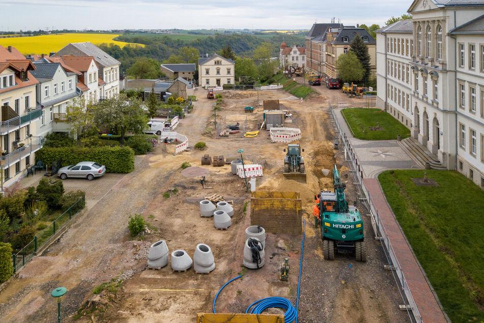 """Der komplette Lindenplatz in Leisnig ist im Moment eine Baustelle. Eine Zufahrt zu den Schulen ist gerade nicht möglich. Sogenannte Elterntaxis müssen den Parkplatz """"Alte Feuerwache"""" ansteuern. Der ist noch erreichbar."""