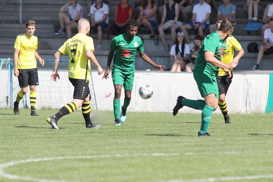 Das Fußballspiel zwischen dem Hoyerswerdaer FC (in grün) und SV Post Germania Bautzen am vergangenen Sonnabend wurde wegen rassistischer Beleidigungen abgebrochen. Die richteten sich gegen Amadou Sow (Bildmitte).