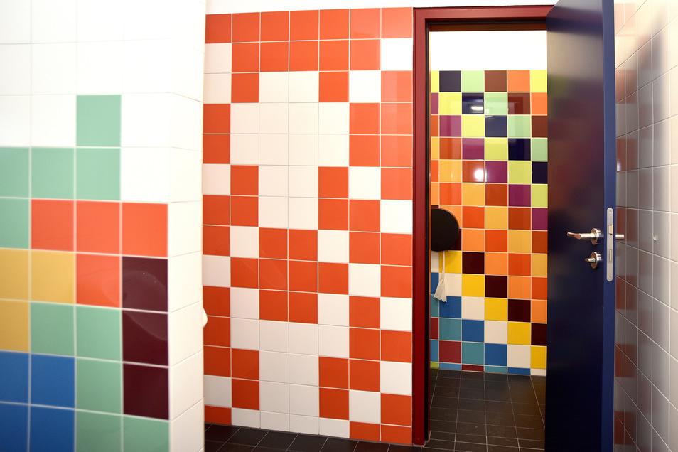 Auf den Toiletten ist das Leben ohnehin bunt: Die Muster mit den einfarbigen Fliesen haben sich die Schüler selbst ausgedacht - und vorher die Fläche berechnet, die es zu gestalten galt.